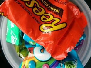 これからゴミ箱へ捨てられるお菓子たち