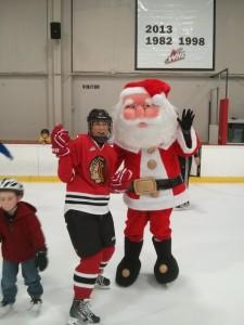 サンタさんのそばに寄ってきた子どもをはねのけて、サンタさんと写真に写るオバサン