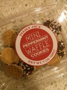 ワッフルクッキーにチョコがかかってて、そのうえに砕いたミントキャンディがパラパラのっかってます。