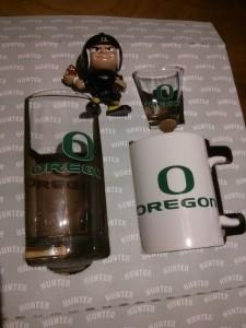 オレゴンダックスのコップとQB人形