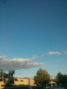 外観です。空の青がきれい。なんか少し秋っぽい。