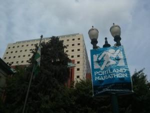 街には3週間後にせまったポートランドマラソンの旗?が
