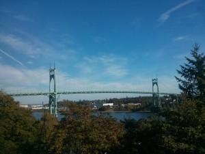 劇坂上って、この橋を渡ります
