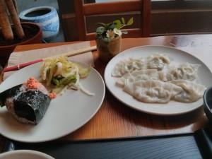 白菜のお浸し、雑穀米のおにぎり。サケ。10個ぐらい食べたいわー。アボカド、シイタケ、お豆腐入り蒸し餃子。食べた瞬間、美味しい!って叫びたくなったわ〜。