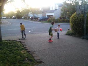 お気に入りの黄色いモンベルのシャツ着て家の前で遊ぶのが好き